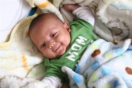 よく笑う赤ちゃんと笑わない赤ち...